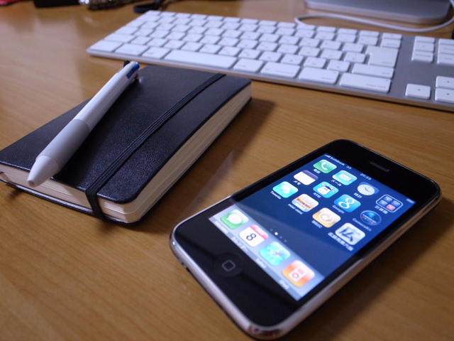 iPhone 3GSとMoleskineの写真