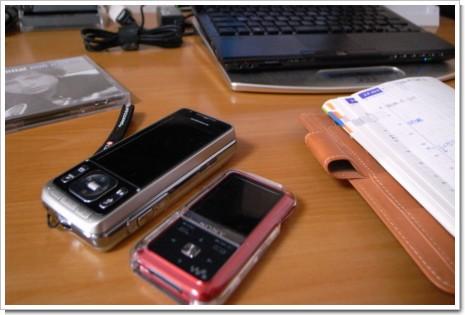 サイバーショットケータイ SO905iCSと、NW-S718Fの写真